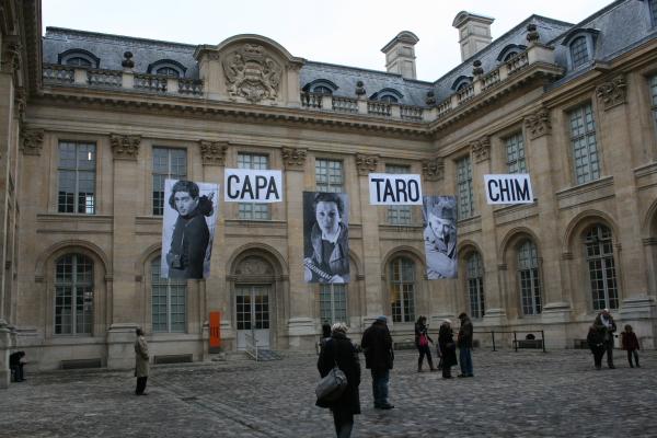 パリの「ユダヤ美術・歴史博物館」でいま開催されている展覧会『メキシコの鞄』の会場中庭。