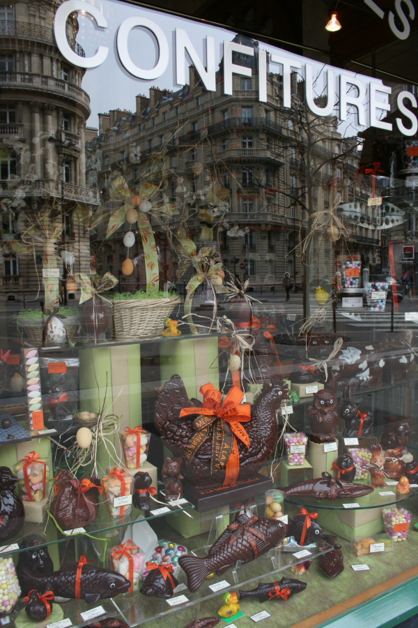 今日は「イースター」のお祭り。パリのチョコレート屋さんのショーウィドーには卵や鶏・魚をあしらったチョコレートがいっぱい。
