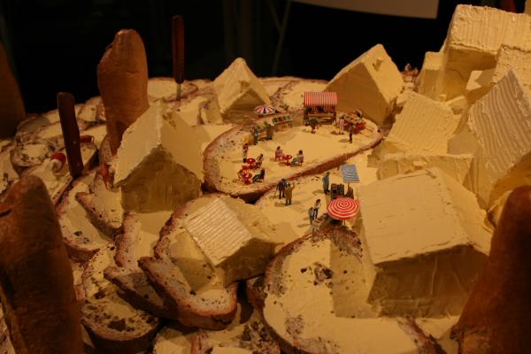 フランスパンにバターをたっぷり塗った「雪山」をイメージしたインスタレーションが可愛い!!