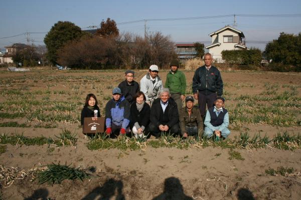「NPO ぬくもり福祉会 たんぽぽ」が運営する自然農園で記念撮影
