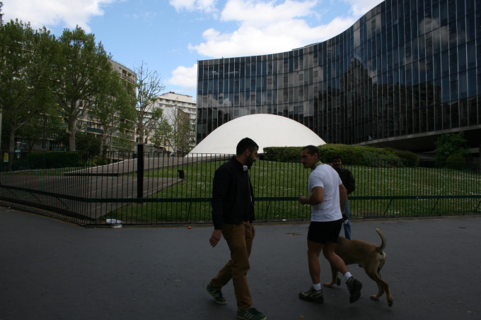 """""""半世紀を迎えるブラジルの首都"""" 展が開催されているフランス共産党本部の建物"""
